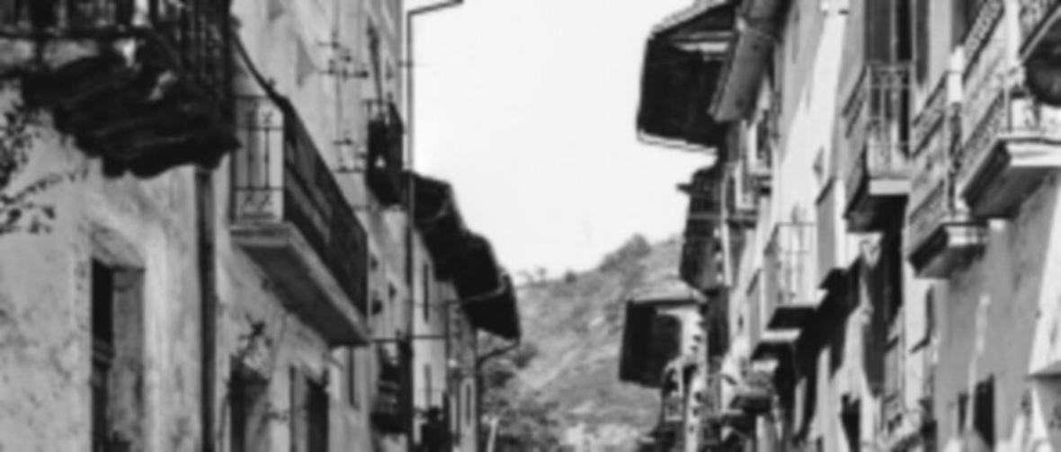 x_1006382_hist-calle-ppal_balcones